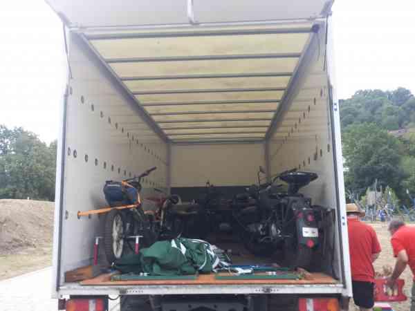 LKW belanden mit Motorrädern Die Motorräder verstaut im LKW.