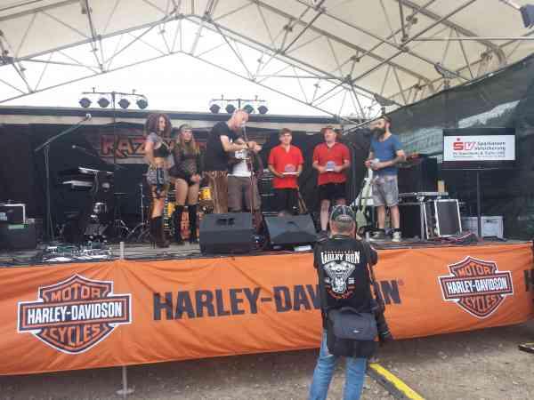 Preisübergabe Gewinner des OCIs auf der Bühne des Harleyruns Zwei Mitglieder des OCI haben bei der Prämierung am Samstag Preise für ihre Motorräder gewonnen.