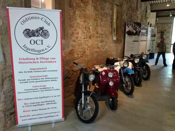 Motorräder vor OCI Banner Hier haben unsere Fahrzeuge einen Platz im Museum gefunden.