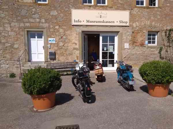 Motorräder vor Museum Unsere Clubfahrzeuge ziehen in das Automuseum in Lagenburg ein.