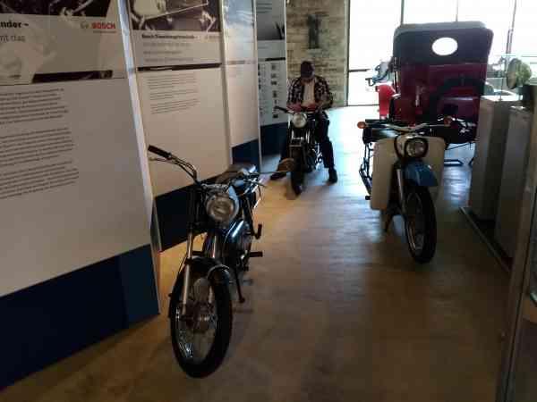 Motorräder vor Infotafel