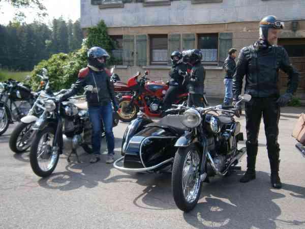 Motorräder vor Gasthaus