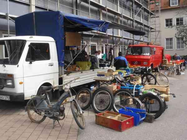Lastwagen mit Oldtimerteilen